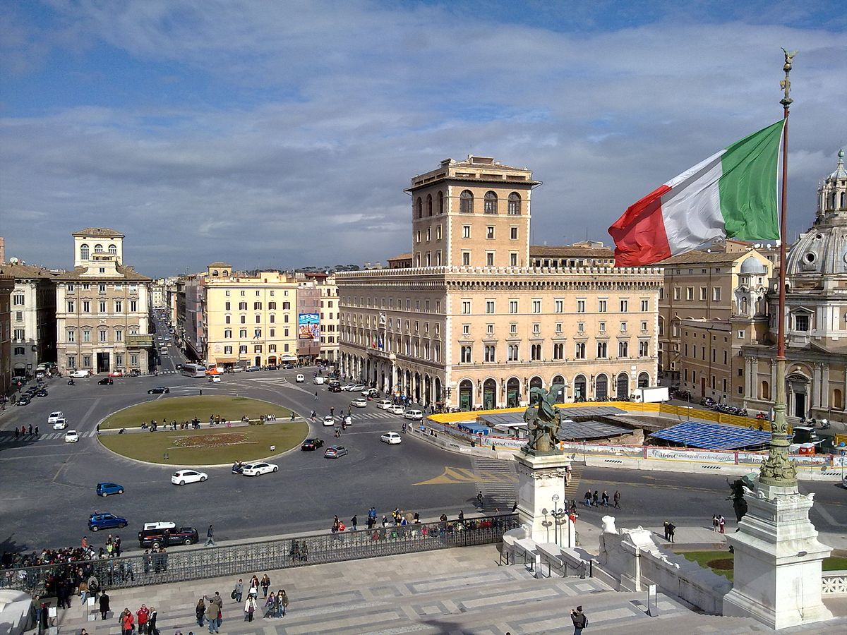 View_of_Piazza_Venezia_in_Rome_from_Vittoriano